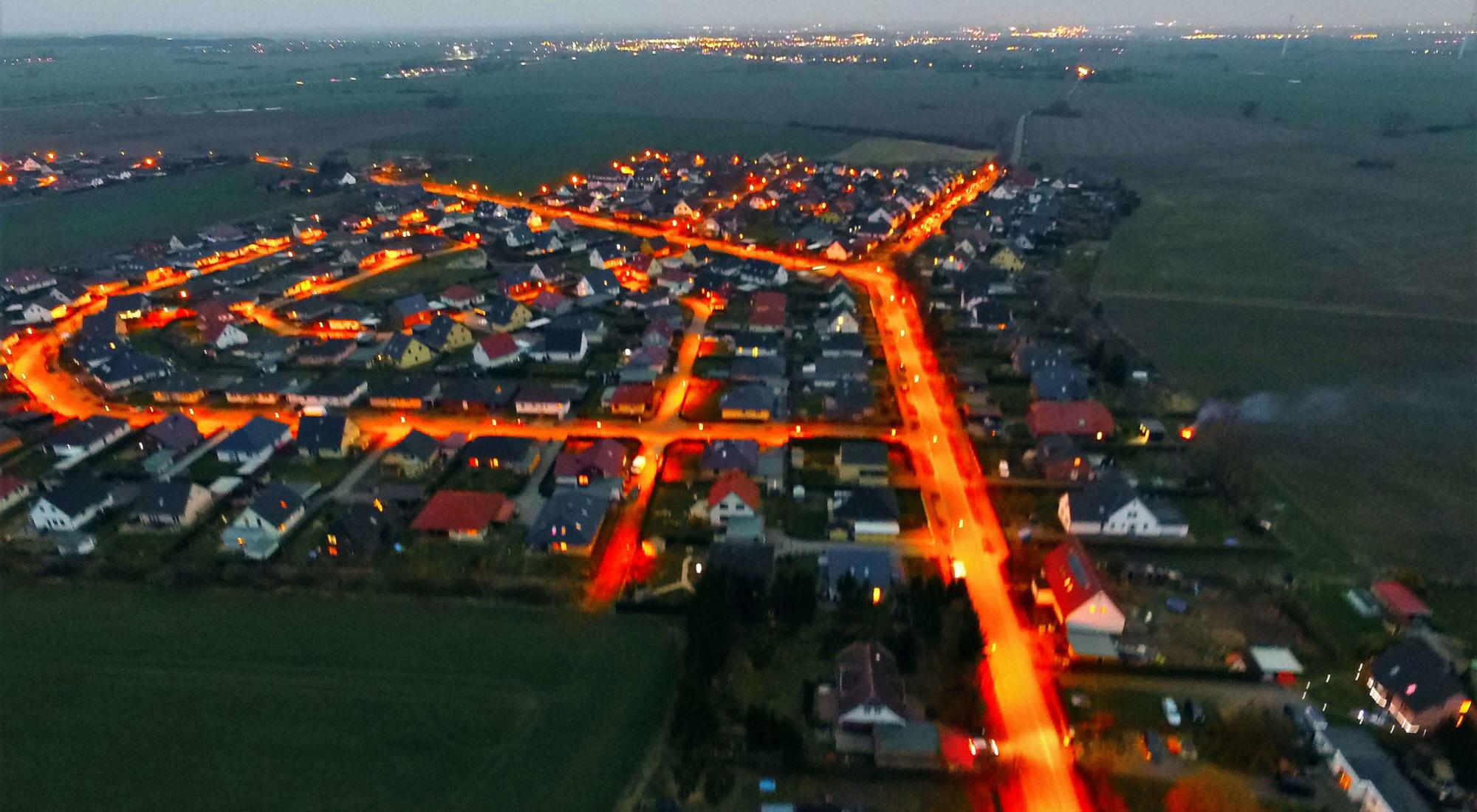 Luftbildaufnahme Nacht von Neu Broderstorf bei Rostock